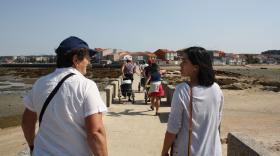 Visitando la zona de marisqueo a pie de O Serrido
