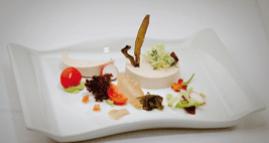 Ensalada de mouse de atún claro, salsa de aguacate, tomates na súa rama e tempura de algas pescadeRías