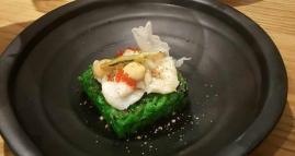 Vieira ahumada al roble y laurel sobre arroz de algas