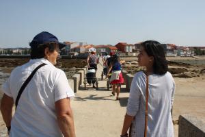 Visitando a zona de marisqueo a pé de O Serrido