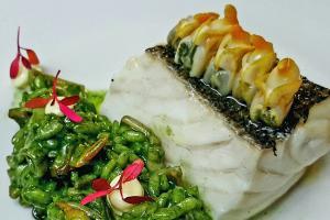 Arroz verde de berberechos con pescada