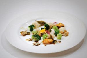 Escabeche de moluscos e verduras de inverno con algas de terra e mar