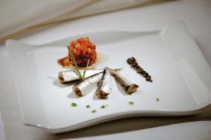 Sardiñas pescadeRías con vinagreta de tomate e aceite de oliva negra